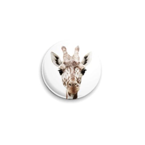 Значок с жирафом.